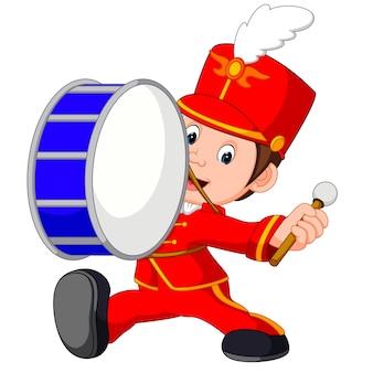 Banda musicale che batte un grosso tamburo