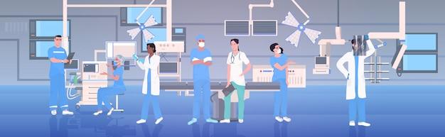 Team di medici in uniforme che lavorano insieme in sala operatoria moderna clinica interna terapia intensiva procedure chirurgiche lavoro di squadra concetto orizzontale integrale