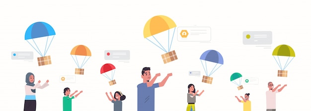 Uomini e donne che catturano la scatola del pacco che cade con il paracadute dal cielo trasporto pacchetto di spedizione posta aerea consegna espressa mix gara persone in chat