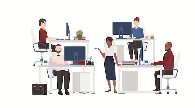 Uomini e donne vestiti con abiti intelligenti che lavorano al computer