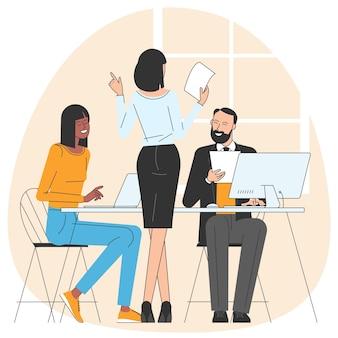 Uomini e donne che partecipano a riunioni di lavoro