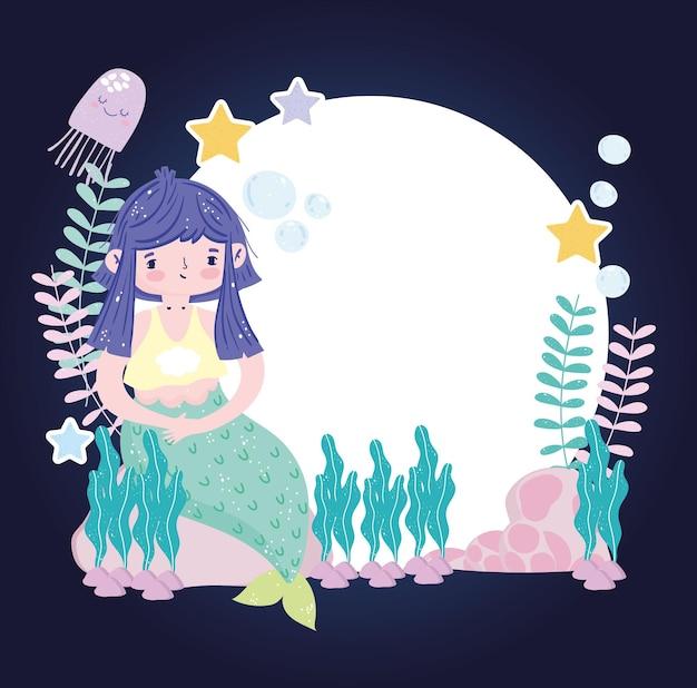 Sirena con capelli viola che si siede sulla pietra con illustrazione di stelle marine e jellyfih