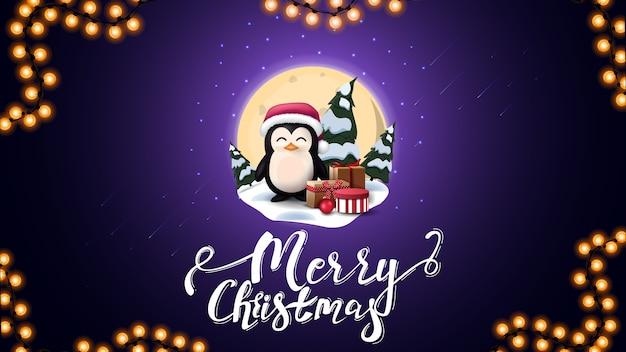 Buon natale, cartolina blu con grande luna piena, cumuli di neve, pini, cielo stellato e pinguino in cappello di babbo natale con regali
