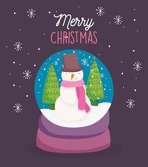 Cartolina di natale allegra con snowglobe con fiocchi di neve di alberi di pupazzo di neve