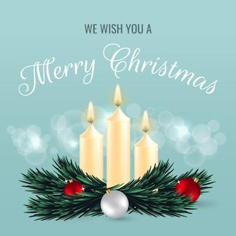 Cartolina d'auguri di buon natale decorata con candele, ornamenti a sfera, ramo di pino ed effetto bokeh.