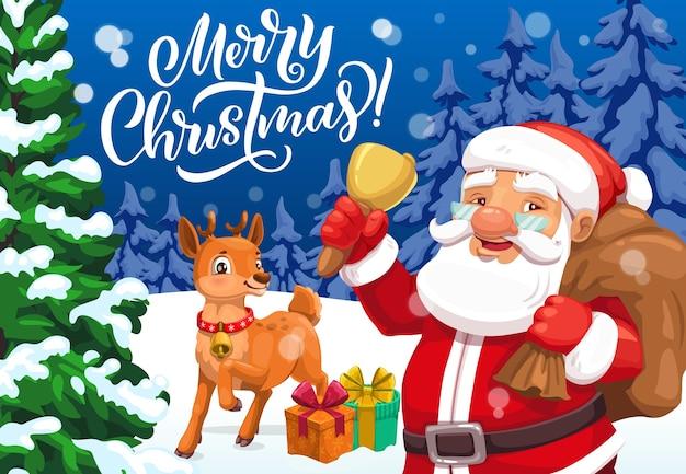 Cartolina d'auguri di buon natale con babbo natale, campana di natale e renne, borsa regalo, scatole presenti, nastri e fiocchi nella foresta innevata con pini e abeti.