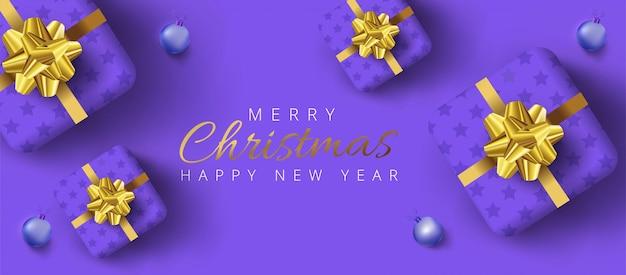 Buon natale e felice anno nuovo scritte, scatole regalo realistiche, palline intorno su sfondo viola.