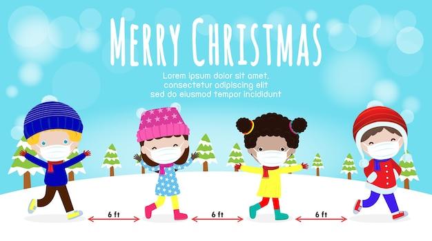 Buon natale e felice anno nuovo per il nuovo concetto di stile di vita normale. bambini felici in costume invernale con maschera facciale e allontanamento sociale