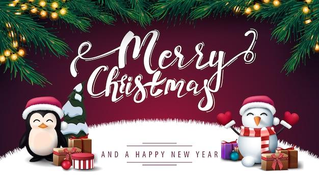 Buon natale e felice anno nuovo, cartolina viola con cornice di albero di natale, ghirlanda, pinguino in cappello di babbo natale con regali e pupazzo di neve