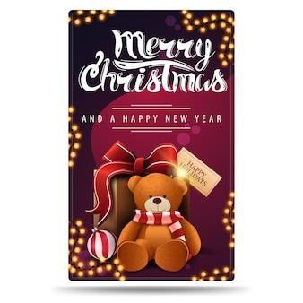 Buon natale e felice anno nuovo, cartolina verticale viola con ghirlande e presente con orsacchiotto