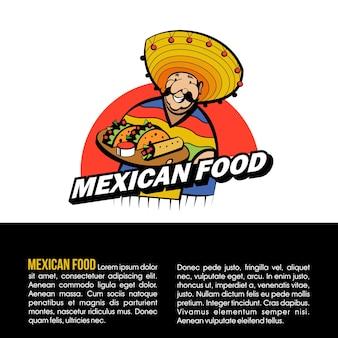 Il messicano vestito con un costume nazionale e un cappello contiene un vassoio di cibo tradizionale messicano.