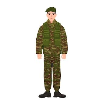 Militare o militare vestito con l'uniforme mimetica dell'esercito