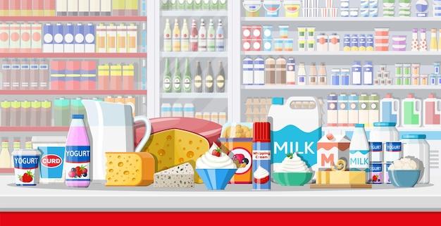 Contatore di latte in supermercato. negozio dell'agricoltore o negozio di alimentari. i prodotti lattiero-caseari impostano la raccolta di cibo. latte formaggio yogurt burro panna acida crema cottage prodotti agricoli. stile piatto di illustrazione vettoriale