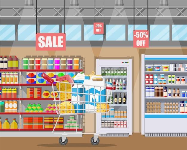 Contatore di latte in un supermercato con prodotti lattiero-caseari