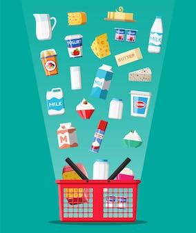 Prodotti lattiero-caseari impostati nel cestino della spesa in plastica con formaggio