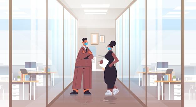 Mescolare le coppie di uomini d'affari di razza che indossano maschere protettive per prevenire la pandemia di coronavirus covid-19 concetto di quarantena illustrazione a figura intera interna dell'ufficio moderno