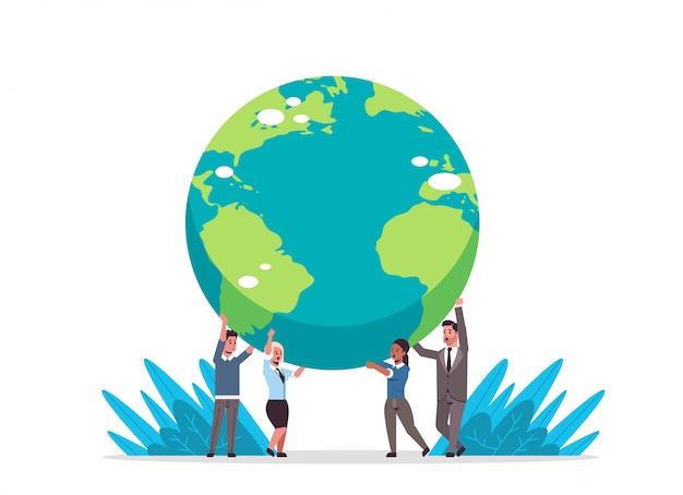 Le persone di affari della corsa della miscela che tengono il globo della terra vanno integrale orizzontale di concetto globale di affari del pianeta di risparmi