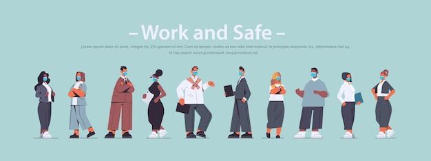 Mescolare uomini d'affari di razza che indossano maschere protettive per prevenire la pandemia di coronavirus covid-19 concetto di quarantena impiegati in piedi insieme a figura intera copia spazio illustrazione