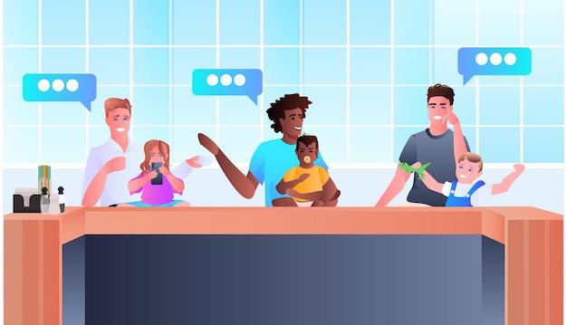 Mescolare i padri di razza che trascorrono del tempo con i bambini la paternità genitorialità chat bolla comunicazione concetto ritratto orizzontale illustrazione