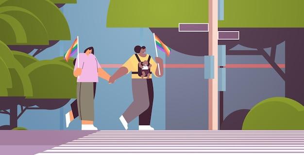 Mescola i genitori di sesso femminile che camminano con il piccolo bambino lesbica famiglia transgender ama il concetto di comunità lgbt