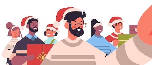 Mescolare gli amici della corsa che prendono la foto del selfie sugli amici della fotocamera dello smartphone che si divertono illustrazione di vettore del ritratto orizzontale di concetto di celebrazione di vacanze di natale del nuovo anno