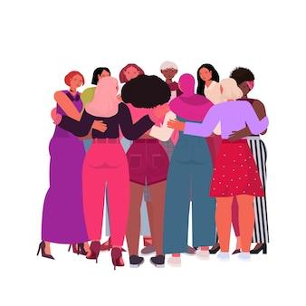 Mescolare le ragazze della corsa che abbracciano in piedi insieme il movimento di emancipazione femminile concetto di potere delle donne isolato