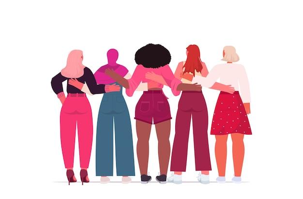 Mescolare le ragazze della corsa in piedi insieme empowerment femminile movimento donne potere concetto vista posteriore