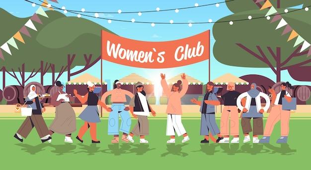 Mescolare le ragazze della corsa in piedi insieme emancipazione femminile movimento delle donne unione del club delle femministe concetto orizzontale paesaggio sfondo a figura intera illustrazione vettoriale
