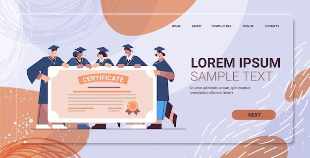 Mescolare gara studenti laureati in possesso di certificato laureati felici che celebrano diploma accademico laurea concetto di istruzione universitaria orizzontale a lunghezza intera