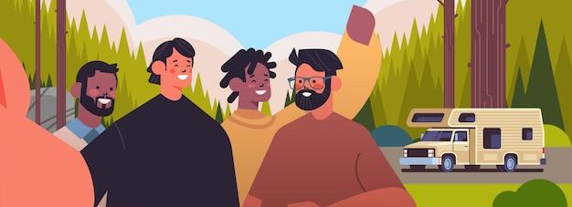 Mescolare i ragazzi della corsa prendendo selfie sulla fotocamera dello smartphone uomini felici che fanno foto di auto vicino al rimorchio da campeggio campeggio paesaggio sfondo ritratto orizzontale illustrazione vettoriale