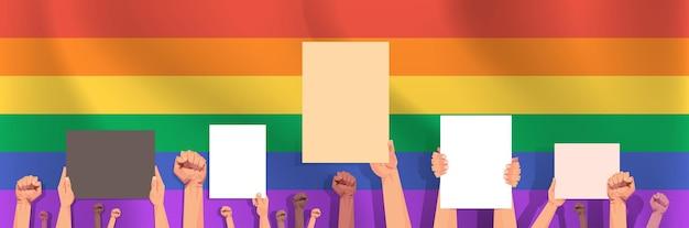 Mescolare le mani di gara che tengono tavole vuote vuote lgbt bandiera arcobaleno sfondo gay lesbica love parade festival dell'orgoglio