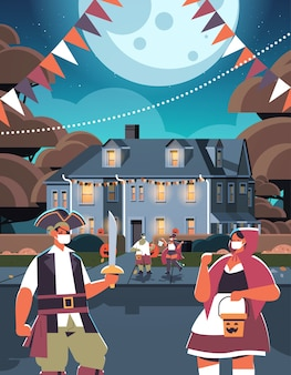 Mescolare persone di razza in costumi che camminano in città dolcetto o scherzetto felice celebrazione di halloween concetto di quarantena del coronavirus cartolina d'auguri illustrazione vettoriale verticale