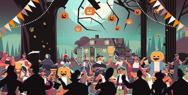 Mescolare persone di razza in costumi che camminano in città dolcetto o scherzetto felice celebrazione di halloween concetto di quarantena del coronavirus ritratto