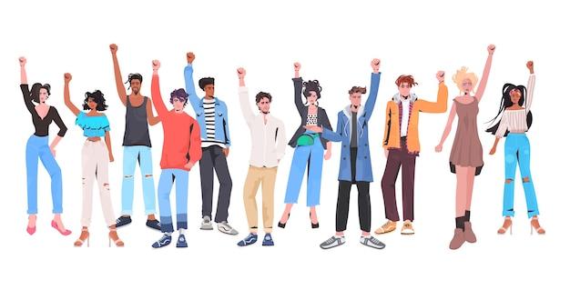 Mescolare la folla di persone di razza con le mani alzate in piedi insieme festa del lavoro