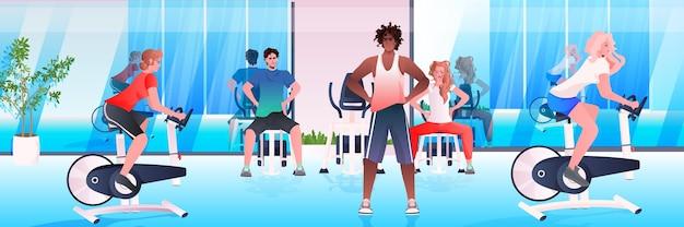 Mescolare persone di razza facendo esercizi fisici allenamento fitness allenamento aerobico concetto di stile di vita sano