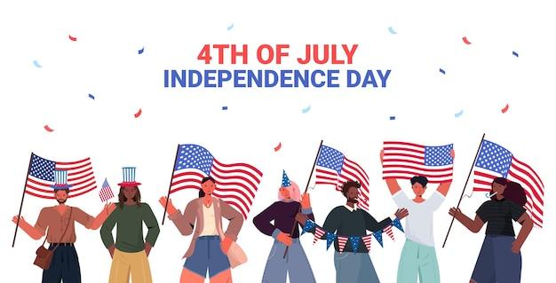 Mescolare persone di razza in cappelli festosi che tengono in mano bandiere degli stati uniti che celebrano, banner del giorno dell'indipendenza americana del 4 luglio