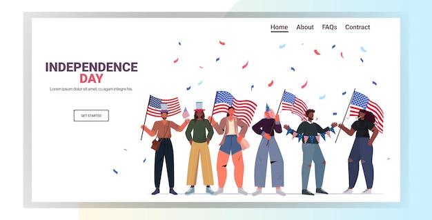 Mescola persone di razza in cappelli festosi che tengono bandiere degli stati uniti che celebrano, pagina di destinazione del giorno dell'indipendenza americana del 4 luglio