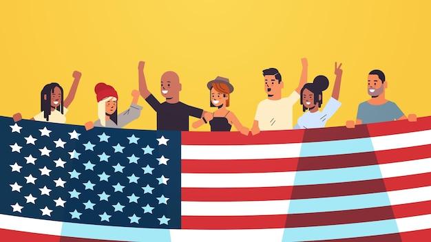 Mescolare le persone di razza che tengono la bandiera degli stati uniti che celebrano la festa dell'indipendenza americana, illustrazione del 4 luglio