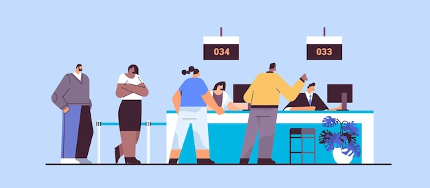 Mescolare persone di razza che guardano il tabellone del numero visualizzato nella sala d'attesa sistema di accodamento elettronico gestione delle code servizio clienti