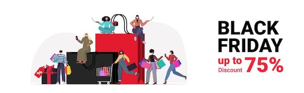 Mescolare persone di razza in maschere con borse della spesa scegliendo e acquistando vestiti venerdì nero grande vendita concetto di quarantena di coronavirus a figura intera illustrazione vettoriale orizzontale