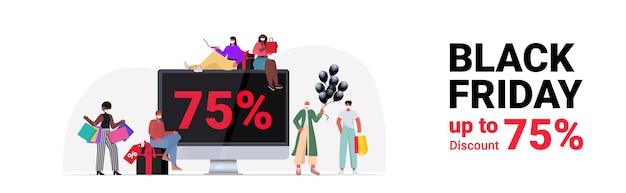 Mescolare persone di razza in maschere con borse della spesa vicino al monitor del computer comprare vestiti venerdì nero grande vendita concetto di quarantena di coronavirus a figura intera illustrazione vettoriale orizzontale