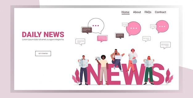 Mescolare gente di razza leggendo giornali e discutendo notizie quotidiane bolla di chat comunicazione stampa mass media concetto a figura intera orizzontale copia spazio illustrazione