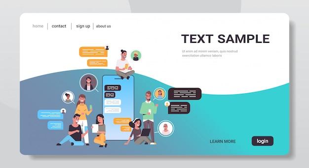 Mescolare le persone di razza utilizzando l'app di chat sui dispositivi digitali concetto di comunicazione bolla chat di social network