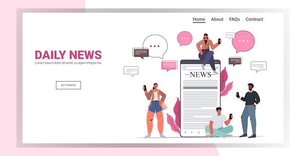 Mescolare persone di razza utilizzando smartphone leggendo i giornali e discutendo il concetto di comunicazione della bolla di chat di notizie quotidiane. illustrazione orizzontale dello spazio della copia integrale