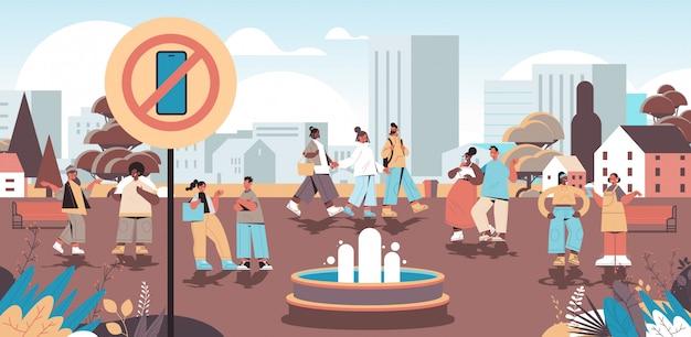 Mescolare la gente della corsa che cammina nel parco urbano nessuna zona del cellulare concetto di disintossicazione digitale persone che si rilassano all'aperto
