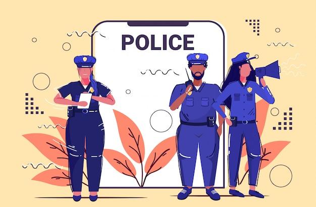 Mescolare razza squadra di agenti di polizia in piedi insieme autorità di sicurezza giustizia legge servizio concetto smartphone schermo applicazione mobile online