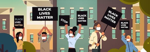 Mescolare manifestanti di razza con striscioni di materia nera che protestano contro la discriminazione razziale, problemi sociali del razzismo