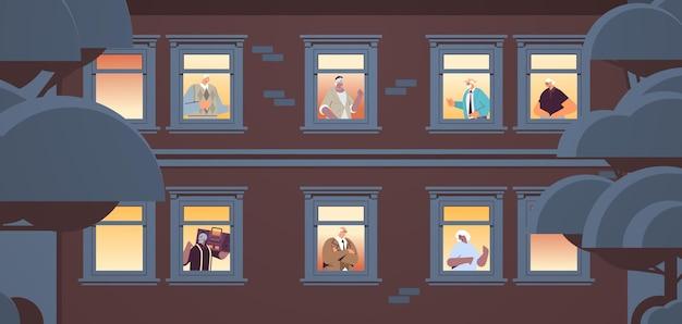 Mescolare le persone anziane di razza che guardano fuori dalle finestre degli appartamenti concetto di vecchiaia facciata della casa ritratto orizzontale illustrazione vettoriale