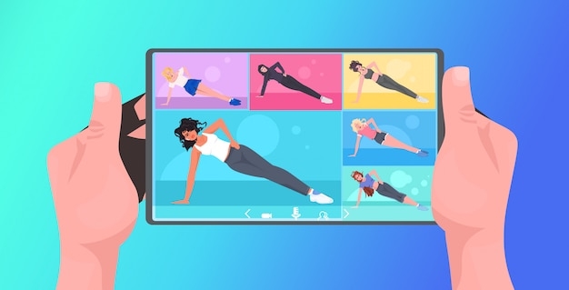 Mescolano le donne della corsa che fanno gli esercizi di forma fisica di yoga sulle mani umane di concetto online di stile di vita di addestramento online dello schermo della compressa facendo uso dell'illustrazione orizzontale di app mobile