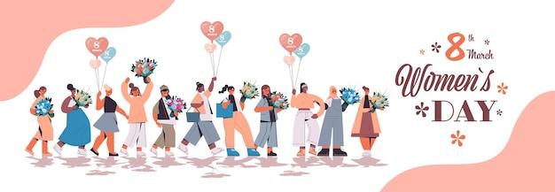 Mescolare le donne della corsa tenendo mazzi di fiori e mongolfiere womens day 8 marzo vacanza celebrazione concetto lettering biglietto di auguri a figura intera orizzontale illustrazione